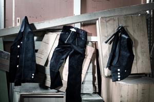 """Die zünftigen Jacken, Westen, langen und kurzen Hosen von Kübler gibt es in Zwirn-Trenkercord und Zwirn-Doppelpilot-Baumwollgewebe <span class=""""bildnachweis"""">Foto: Kübler</span>"""