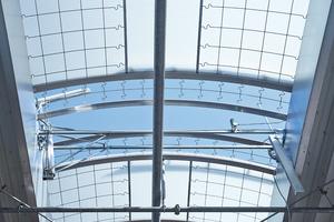 """Eine Ab- und Durchsturzsicherung für starre Lichtbänder und Lichtklappen ist das """"EAD""""-System von Essmann"""