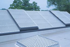 """Hagel-, Durchsturz- und Sonnenschutz bietet das """"HDS""""-System aus Aluminiumblech für Lichtbänder und Lichtkuppeln Foto: Kingspan/Essmann"""
