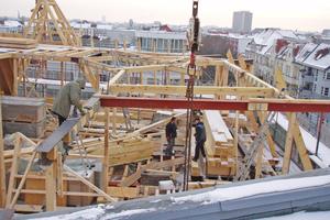 Die Tragkonstruktion für das neue Vollgeschoss des Gründerzeithauses entstehtFoto: Thomas Marsch