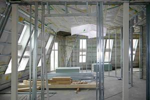Mitte: Die Metallständerwände für die Zwischenwände werden doppelt mit Rigips-Platten beplankt