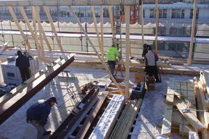 Holzbauarbeiten auf dem Flachdach Foto: Thomas Marsch