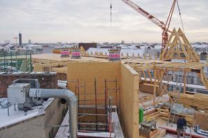 """Rechts: Auf dem alten Dach entsteht ein neues Stockwerk aus einer Holz-und Stahlkonstruktion <span class=""""bildnachweis"""">Foto: Thomas Marsch</span>"""