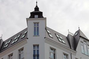 Neue Türme, mit Schiefer eingedeckt, schmücken das Dach. Ergänzt wird es durch moderne Dachfenster