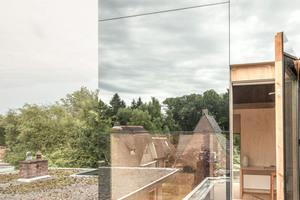 Durch die Fenster gelangt man auf das Flachdach, die Brüstung ist in etwa 40cm Höhe<br />