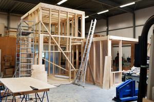 """Die Zimmerer bauten die Holzrahmenkonstruktion für die Aufstockung im Werk probeweise auf <span class=""""bildnachweis""""></span>"""