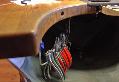 Griffbereit hängen am Werkbrett Zangen für die unterschiedlichsten Zwecke