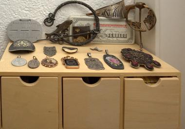 In der großzügigen hellen Wohnung mit Werkstatt gibt es Nippes , Kunst und noch vieles mehr zu entdecken