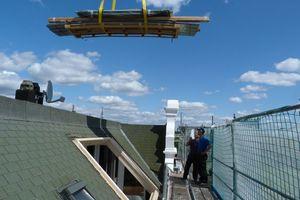 Material für die Terrasse und die Wandverkleidung der Loggia von innen wird eingehoben<br />