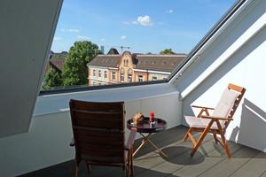 Bei geöffnetem Dachschiebefenster haben die Bauherren einen guten Ausblick über die Dächer Hamburgs