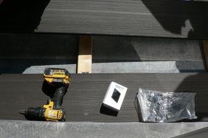 Neue Dielen aus Kunststoff werden eingebaut