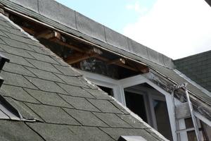Dachöffnung vor dem Fenstereinbau mit Bitumenschindenln
