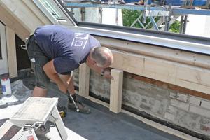 Rechts: Von innen wird die Loggia mit weißen Faserzementplatten verkleidet, hier baut Zimmerer Dieter Demuth die Unterkonstruktion<br />