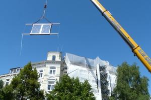 Einheben des Dachfensters per Kran