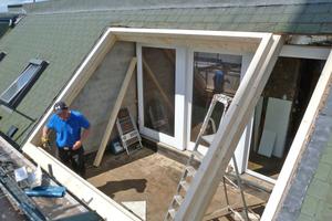 Daniel Lüdeke von Lideko baut den Wechsel für das Dachfenster in die Dachöffnung ein