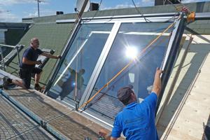Das großformatige Dachfenster wird eingesetzt. Der Fenstereinbau war an einem Tag erledigt