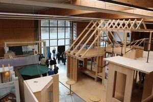 Hersteller der Dach- und Holzbaubranche zeigen ihre Produkte in einer Ausstellung im Zentrum Holz Olsberg. Für Praxiseinheiten steht ein Trainingshaus bereit