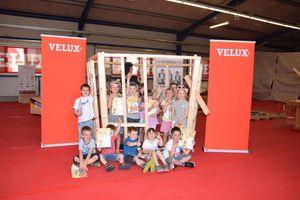 Kinder des Fröbelhauses Sonneborn mit dem Pavillon, den die Zimmerer der Nationalmannschaft bei Velux gebaut haben