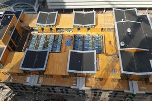 Die Studios, deren Dächer mit EPDM-Dachbahnen abgedichtet sind, bieten einen Zugang zur Dachterrasse mit Holzbelag