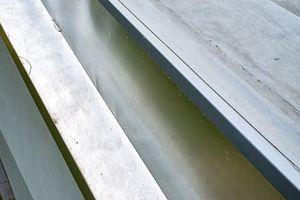 Ein Verbundblech mit Tropfkante bildet den Übergang zwischen Blechverkleidung und Dachabdichtung