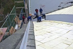 Am Rand der Oberzüge verschrauben die Dachdecker abgekantete Verbundbleche, hier ist der Beton dick genug zum Verschrauben