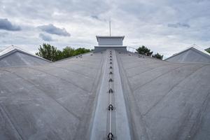 Die ungewöhnliche Dachform entsteht durch die vier miteinander verbundenen Hyparschalen