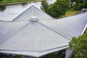 Die besondere Dachform des Daches des Sportzentrums Blasewitz ist ein Beispiel moderner Architektur der DDR-Zeit