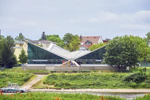 """Der Bau mit Hyparschalendach vom gegenüberliegenden Elbufer aus gesehen <span class=""""bildnachweis""""></span>"""