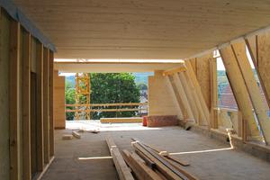 Mit dem steilen Mansarddach bleibt viel Raumgröße unter dem neuen Dach des Wohn- und Geschäftshauses