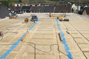 "Verlegung der Brettschichtholz-Deckenelemente auf dem Dach<span class=""bildnachweis"">Fotos (2): Pirmin Jung Ingenieure <strong></strong></span>"