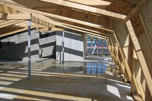 """Dachkonstruktion mit aufgesetztem Mansarddach oberhalb der Holz-Beton-Verbunddecke <span class=""""bildnachweis"""">Foto: HMF GmbH</span>"""