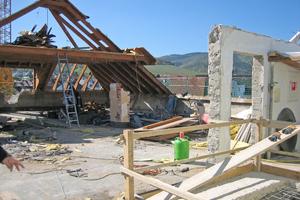 Links: Abbruch und Rückbau des Dachgeschosses