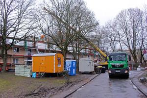 """Baustellenlogistik bei der Aufstockung von fünf baugleichen Wohngebäuden in Dortmund. Der Zugang zum Dach erfolgt von außen und nicht durch das Bestandsgebäude<span class=""""bildnachweis"""">Foto: Rüdiger Sinn </span>"""
