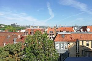 """Dachlandschaft im dicht bebauten Stuttgarter Süden. Auch Gründerzeithäuser haben Potential für Dachgeschossausbau und Aufstockungen <span class=""""bildnachweis"""">Foto: Rüdiger Sinn </span>"""