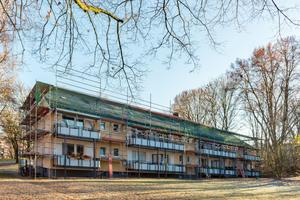 """Unten links: Aufstockung im Dortmunder Kreuzviertel. Die zweigeschossigen Mehrfamilienhäuser wurden um ein Vollgeschoss in Holzbauweise aufgestockt – hier vor dem Rückbau … <span class=""""bildnachweis"""">Foto: Vonovia</span>"""