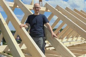 """<p>Foto: Stephan Thomas, verantwortlicher Redakteur der dach+holzbau auf einem Dachstuhl in Bielefeld. Kontakt: <script language=""""JavaScript"""">document.write('<a href=""""' + 'mailto:' + 'stephan.thomas' + '@' + 'bauverlag' + '.' + 'de' + '"""">' + 'stephan.thomas' + '@' + 'bauverlag' + '.' + 'de' + '</a>');</script></p>"""