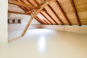 Dachboden mit fertiger Dämmung aus Thermoböden und Kniestockelementen im Randbereich<br />