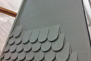 Rechts: ... wurde durch neue Rauten aus Zinkblech in Form von Biberschwanzziegeln ersetzt