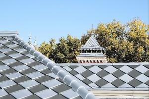 Die nach unten zeigenden Spitzen der Rauten haben stehende Kanten und erheben sich leicht von der Dachfläche Fotos (4): Rheinzink