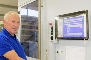 """Firmenchef Ludwig Rosner beim Einrichten der Abbundanlage<span class=""""bildnachweis""""></span>"""