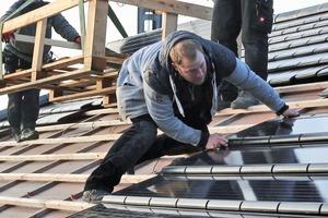 """Ähnlich wie ein normaler """"G10""""-Dachziegel werden die Module in die Lattung eingehängt und zusätzlich mit acht Schrauben befestigt"""