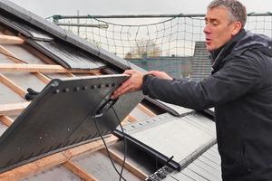 Die Solarmodule werden beim Eindecken des Daches zusammen mit den anderen Ziegel verlegt