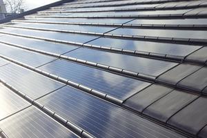 """Die Photovoltaikmodule werden auf der Lattung verlegt und ersetzen dabei acht Dachziegel<span class=""""bildnachweis"""">Fotos: Nelskamp</span>"""