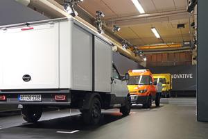 Ausstellung im Aachener Werk: Der StreetScooter ist mit Kofferaufbau, aber auch mit Pritsche erhältlich
