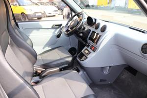 Die Fahrerkabine des StreetScooter ist schlicht, aber mit Navigationssystem und Sitzheizung ausgestattet