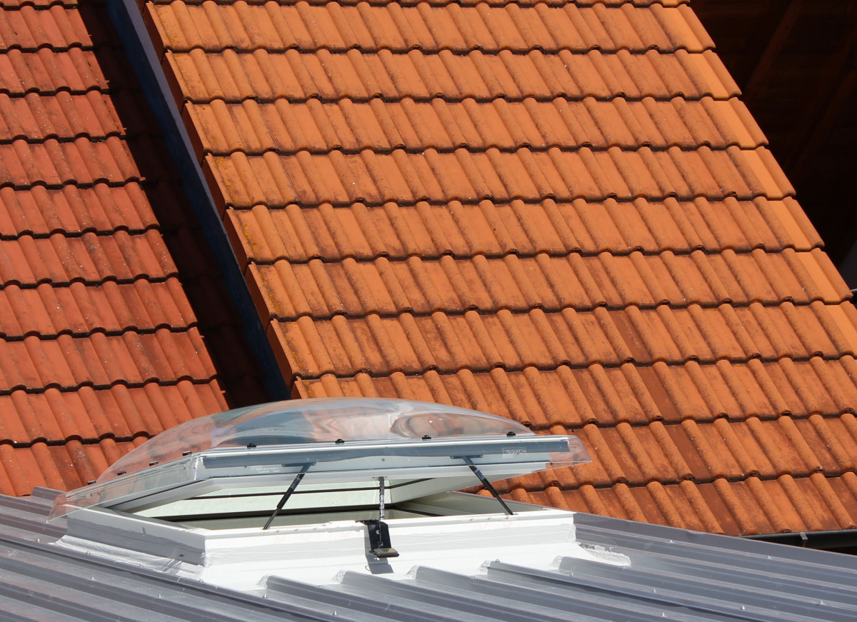 Extrem Fenstereinbau im Trapezblechdach - dach+holzbau KS69