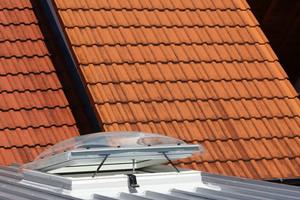 Der Einbau des Flachdachfensters in das Trapezblechdach ist abgeschlossen<br />
