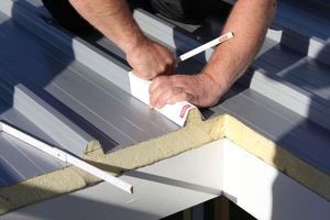 Vor dem Einbau des Flachdachfensters werden die Trapezprofilsicken um die Öffnung herum im Abstand von 20 cm abgeschnitten