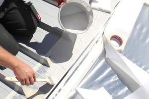Flüssigkunststoff wird vom Übergang des Daches bis zur Oberkante des Aufsetzkranzes aufgetragen