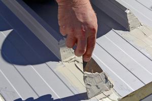 Rechts: Die offenen Stellen im Trapezblechdach versiegelt man mit geeigneter Spachtelmasse